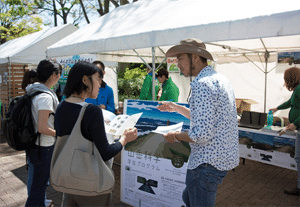 Opening a booth in the Tokyo earth day. (April 23,2017, Photo:. Kazunobu Kataoka)